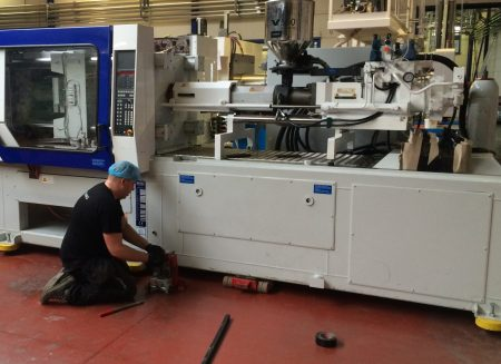 Unloading and placement of an injection moulding machine